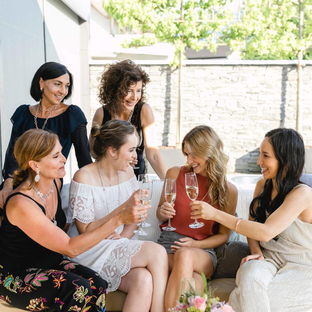 Frauen trinken Wein und trägen Pierre lang Sommer Kollektion