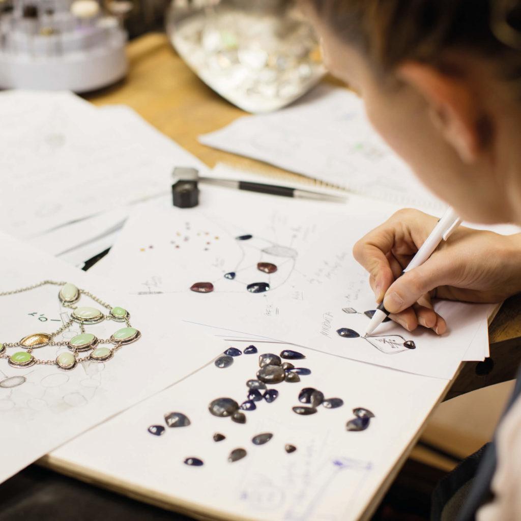 Frau zeichnet Pierre Lang Schmuckstück