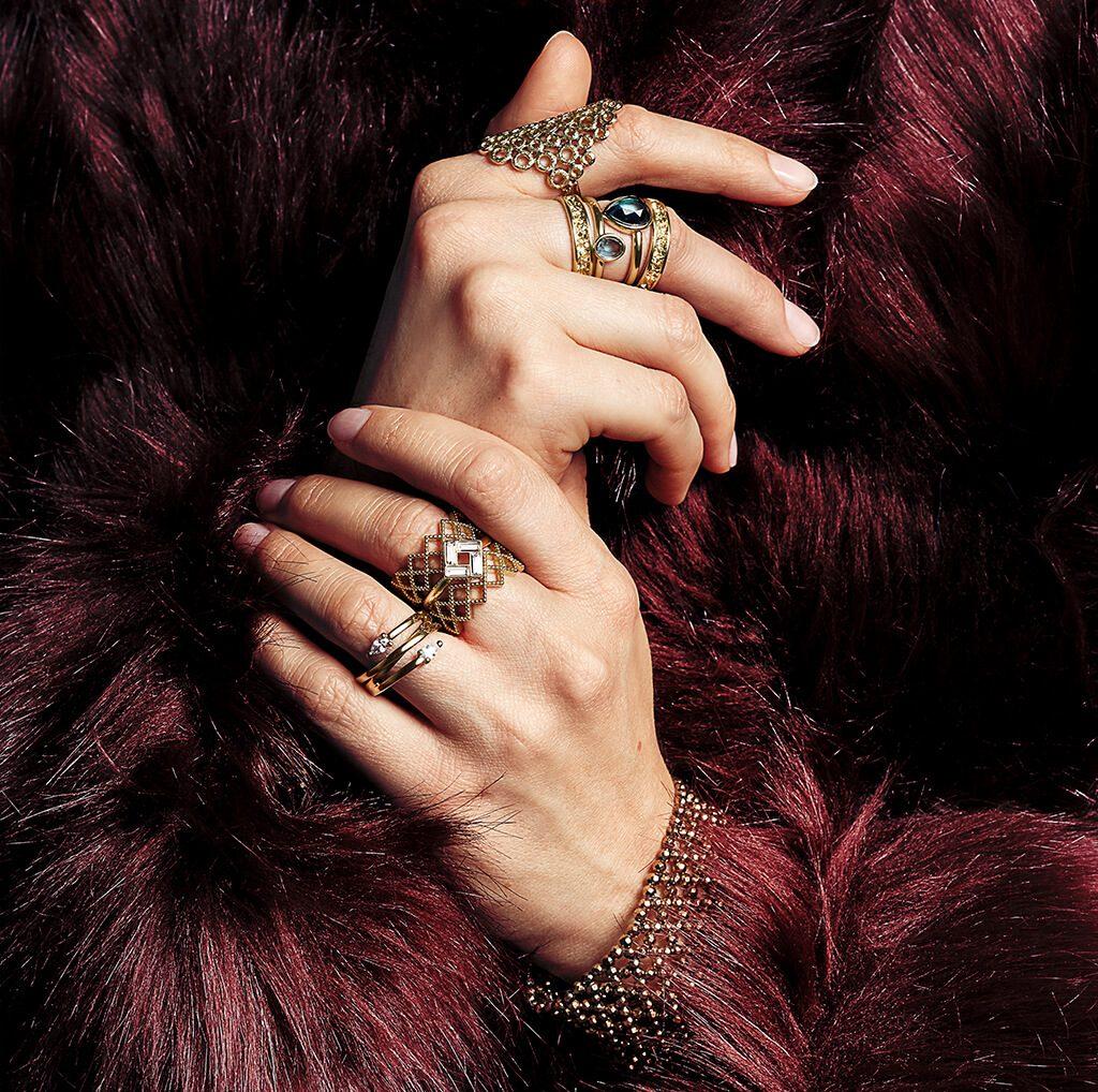Frau trägt neue Pierre lang ringe Kollektion