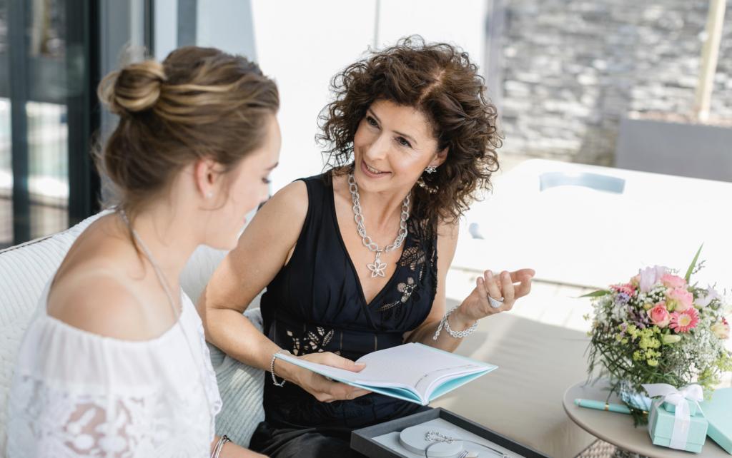 Frau erklärt stylistin über pierre lang schmuck